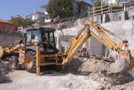 Изкопаване на основи за къша с багер