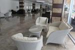 Елегантни и удобни маси и столове от ратан за хотел