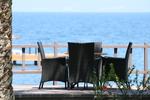 Дизайнерски маси и столове от ратан за море