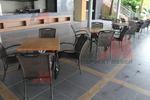 Комфортни и стилни маси и столове от ратан за басейн