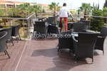 Обзавеждане с маси и столове от тъмен ратан