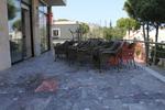 Модерни маси и столове от ратан за хотел