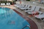 Шезлонги с подлакътници за малък басейн