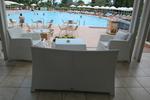 Елегантни маси и столове от бял ратан