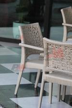 Модерни маси и столове от ратан за басейн