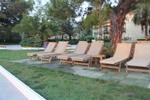 Дървени шезлонги за басейни