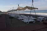 Големи количества модерни плажни шезлонги
