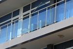 терасни парапети от инокс и синьо стъкло