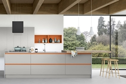 Кухня бял МДФ с елементи в оранжево