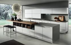 Бяла кухня със сиви плотове и бар маса масив