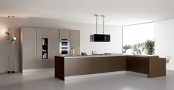 Кухня с кафяв фурнир с остров с мивка