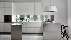 Модерен дизайн кухня в бяло